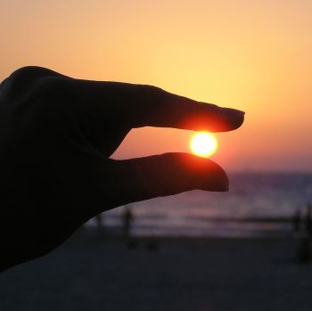Holds_the_sun_in_her_fingers