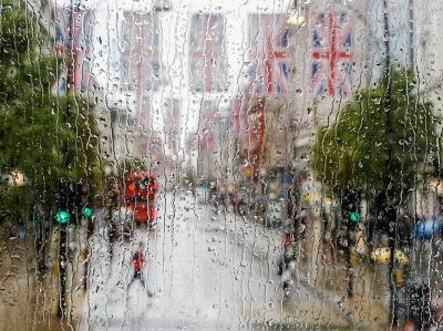 rainy-street-london-england_67537_990x742